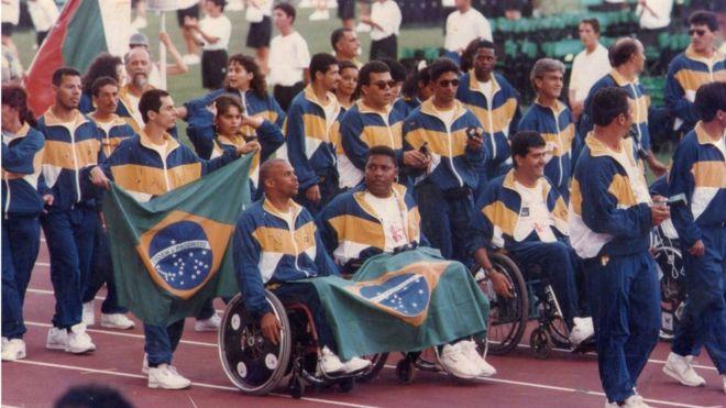 Luiz Cláudio (no centro e com a bandeira nacional no colo) participa do desfile dos atletas nos Jogos Paralímpicos de 1984 - Foto Agência Brasil